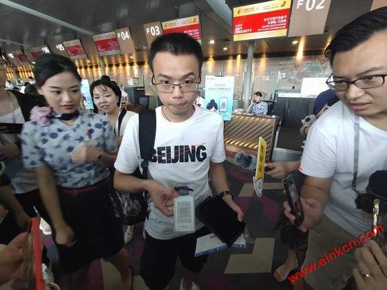 东航正式发放全球首张无源型永久电子行李牌!先在京沪航线试用 智能标签 第1张