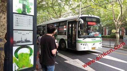上海再增2500个E Ink电子墨水屏公交站牌 阳光下清晰可见 墨水屏广告看板 第1张