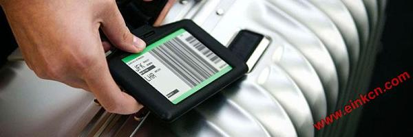 tag-being-attached-suitcase-silver_870x290.jpg Simplify your Check-In with TAG, E Ink Display for Luggage 电子墨水屏标签