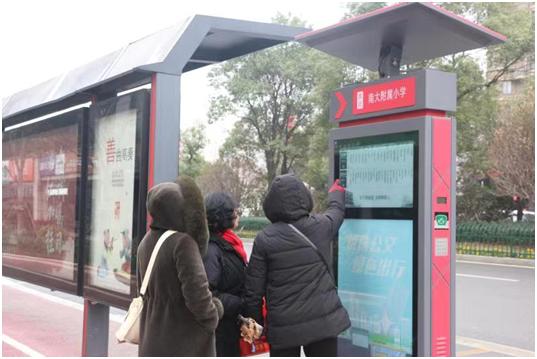 全国首例纯太阳能电子墨水屏智能公交电子站牌在南昌投入使用